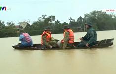 Người dân Hà Tĩnh căng mình ứng phó với mưa lũ trong đêm