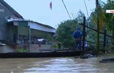 Thanh Chương (Nghệ An) ngập sâu, người dân phải dùng thuyền để di chuyển