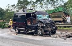 Ô tô khách tông xe container trên cao tốc, 8 người bị thương