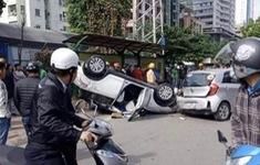 Hà Nội: Tai nạn liên hoàn, xe ô tô lật ngữa giữa phố