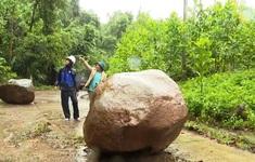 Hàng chục tấn đá đổ xuống đường, miền núi Quảng Nam tiếp tục bị cô lập