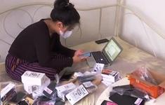 Nữ nhà báo Indonesia quyên góp điện thoại cho học sinh nghèo