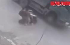VIDEO: 3 nam sinh đi xe đạp điện tông thẳng vào xe tải
