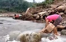 Thiếu nước sạch trầm trọng sau mưa lũ ở miền Trung