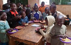 Những bữa ăn nóng hổi đưa trẻ em đến trường ở Kenya