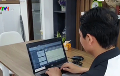 Nhiều người dân làm việc online tại nhà để phòng dịch COVID-19