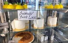 Tiệm bánh tồn tại trong dịch COVID-19 với bánh hình cuộn giấy vệ sinh