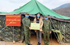 Hoa hậu Lương Thuỳ Linh tặng quà các chiến sĩ chống dịch tại cửa khẩu