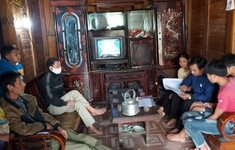 Giáo viên vùng khó Lai Châu bám bản hướng dẫn học sinh học bài