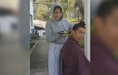 Cách ly tại nhà, Ronaldo nhờ bạn gái cắt tóc