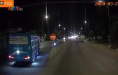 Xe khách ngang nhiên đi ngược chiều trên quốc lộ 1A