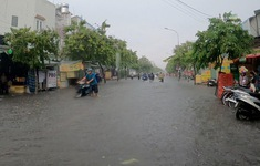TP.HCM: Mưa lớn nhiều tuyến phố biến thành sông, người dân vật lộn  di chuyển