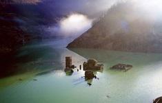 """Ngôi làng """"ma"""" ở Italy nổi lên sau gần 1 thế kỷ chìm dưới nước"""