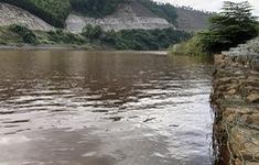 Nước chuyển màu đỏ bất thường trên sông La