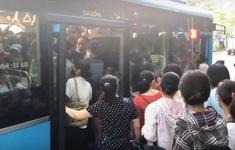 Vật vã chen lên xe bus giữa Thủ đô: Chật chội, khó thở còn hơn nhỡ chuyến
