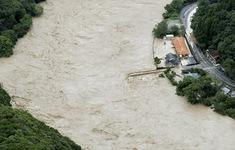 Mưa lớn gây lũ lụt nghiêm trọng, hơn 76.000 người dân Nhật Bản phải đi sơ tán
