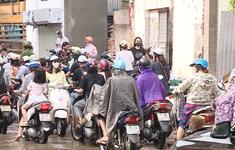 Người dân than trời vì con đường như bãi chiến trường giữa Thủ đô