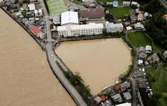 Mưa xối xả trút xuống miền Trung, Nhật Bản ra cảnh báo khẩn mức cao nhất về mưa lũ