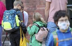 Số trẻ em mắc COVID-19 tại Mỹ tăng 90% trong 4 tuần qua