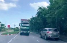 Xe container đi ngược chiều suýt gây tai nạn
