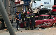 Container chèn ô tô con chờ đèn đỏ, 4 người thương vong