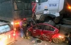 Khởi tố lái xe container chèn ô tô chờ đèn đỏ làm 3 người chết