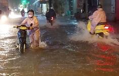 """TP.HCM mưa lớn từ chiếu đến nửa đêm, người dân lội trong """"biển nước"""""""