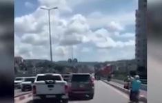 Clip: Bất bình hai ô tô đánh võng, chèn ép nhau trên cầu Bãi Cháy