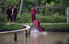 Khánh Vân - Phương Mỹ Chi quên hình tượng, té sấp mặt xuống hồ
