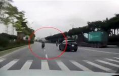 Xe máy phóng nhanh ngược chiều, tông thẳng đầu ô tô