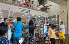 Cửa hàng bánh Trung thu truyền thống lắp vách ngăn chống dịch