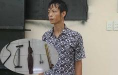 Bé trai 9 tuổi bị bố đẻ bạo hành bằng điếu cày, bắt đứng phơi nắng