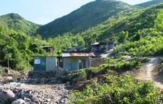 Bất chấp hiểm nguy, người dân vẫn dựng nhà ở lưng chừng núi, trong lòng suối