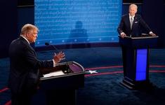 """Gặp """"tai nạn tàu hỏa"""", người điều hành phải cầu xin Donald Trump, Joe Biden thôi ngắt lời"""