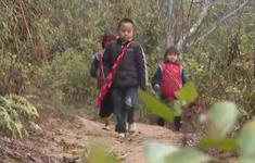 Học sinh vùng cao vượt rét đến trường
