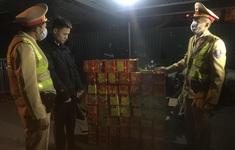 Cảnh sát giao thông Hà Nội bắt giữ đối tượng vận chuyển 139 hộp pháo nổ