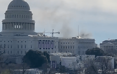 Khói bốc lên phía sau Tòa nhà Quốc hội Mỹ