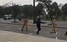 Thanh niên vượt đèn đỏ còn rút côn tấn công cảnh sát giao thông