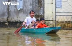 Hà Nội: Thôn nhỏ ngập sâu vì mưa lớn kéo dài, người dân phải di chuyển bằng... thuyền