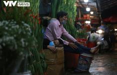 """Vẻ """"đìu hiu"""" hiếm thấy ở chợ hoa lớn nhất Hà Nội: """"Ngủ một giấc dậy vẫn chưa có khách hỏi"""""""