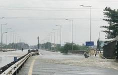 Đường phố biến thành sông, người dân ra đường bắt cá
