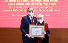 Chủ tịch nước trao huy hiệu 75 năm tuổi Đảng cho bà Nguyễn Thị Bình