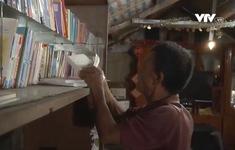 Ông lão 75 tuổi lập thư viện, sân chơi cho trẻ em nghèo ven sông Hồng