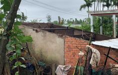 Lốc xoáy làm tốc mái hàng chục nhà dân