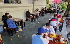 Người dân TP Hồ Chí Minh hồ hởi đi ăn ngoài hàng trong ngày đầu mở trở lại