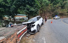 Ô tô tông vào lan can trên đèo Bảo Lộc, 4 người trong một gia đình thương vong