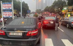 Tạm giữ điều tra 2 xe Mercedes trùng biển số tại Hà Nội