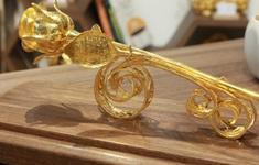 Chiêm ngưỡng bông hồng đúc bằng vàng 24 nguyên khối giá 330 triệu đồng