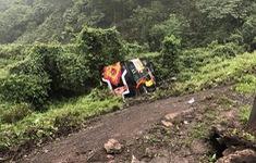 Xe khách mất lái lao xuống vực, hành khách đập kính thoát thân