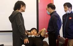 Các chuyên gia, bác sỹ hội chẩn tình trạng chấn thương của cầu thủ ĐTQG Đoàn Văn Hậu